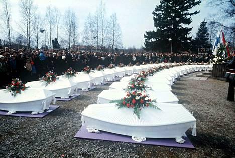 Lapuan räjähdysonnettomuuden uhrit siunattiin 24.4.1976.
