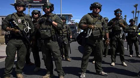 Swattaus-sana on johdettu poliisin erikoisjoukoista (special weapons and tactics). Kuvassa swat-poliiseja George Floydin kuoleman jälkeisten protestien aikana Kalifornian Huntington Beachissä.