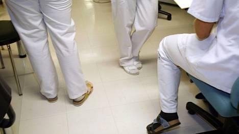 Sairaanhoitajia työssään Jorvin sairaalassa