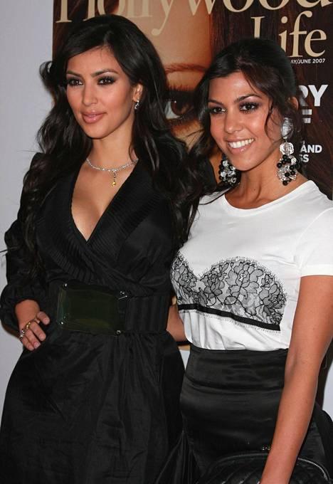 Kim Kardashian (vas.) ja Kourtney Kardashian kuvattuna 2007.