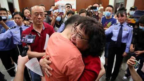 Li Jinghzi pääsi syleilemään poikaansa 32 vuoden jälkeen.