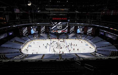 Tältä näyttää Edmontonin peliareena. Katsomoiden alaosat on verhoiltu tv-kuvaa varten, ja katsomoihin on rakenneltu myös isoja näyttöjä.