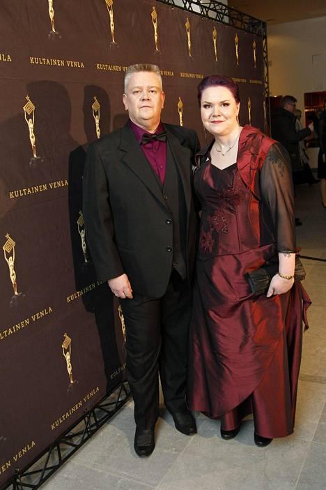 Kultainen Venla -palkinnon napannut Aki Palsanmäki ja Heli-vaimo.