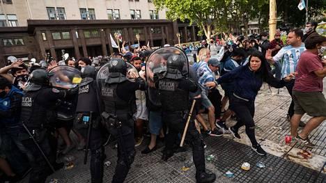 Buenos Airesissa on ollut levotonta Diego Maradonan ruumiinvalvojaispäivänä.