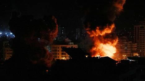 Tulta ja savua nousi Gazassa pommitetuista rakennuksista.