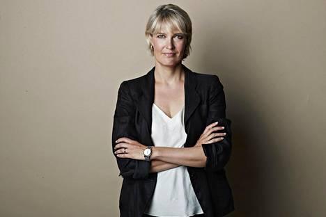 Riikka Suominen on helsinkiläinen toimittaja,  joka harjoittelee työelämän kohtuukäyttöä.