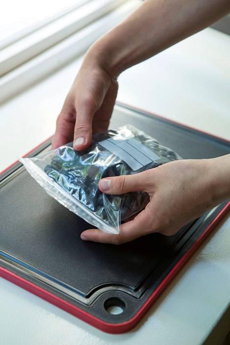 Mitä pienempään rasiaan tai pussiin pakastettavat laitetaan, sitä parempi, sillä ne pakastuvat nopeammin.