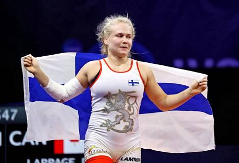 Petra Olli juhli maailmanmestarina Budapestissa vuonna 2018.