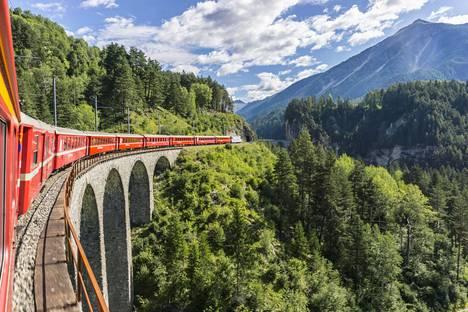 Junamatkailun suosio kasvaa. Sveitsissä voi ihailla upeita maisemia Reetian radalla.