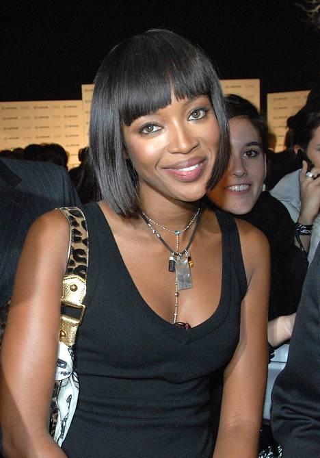 Huippumalli Naomi Campbellilla oli vuonna 2006 piikkisuoraksi suoristettu ja tasaisen terävä otsistyyli.