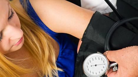Korkea verenpaine lisää sydän- ja verisuonisairauksien riskiä.