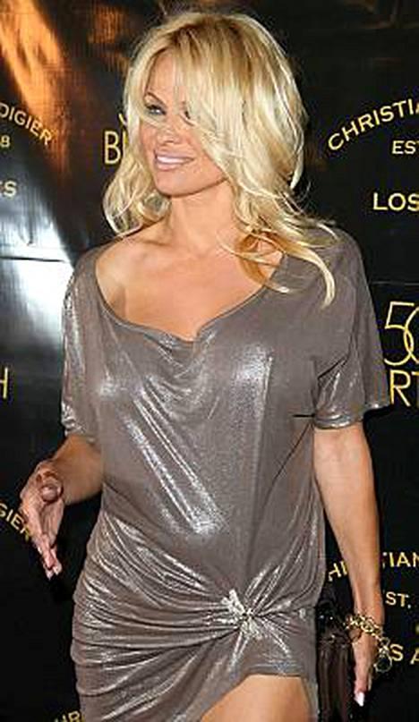 Pamela Anderson yllätti alastonesityksellä 82-vuotiaan miehen ja muun maailman.