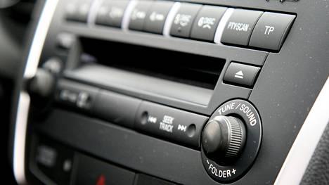 Tutkimuksen mukaan puolet suomalaisista sanoo kuuntelevansa radiota aina autossa ollessaan.