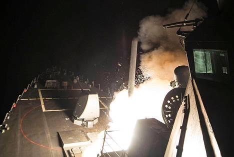Yhdysvaltain laivasto julkaisi kuvia Tomahawk-ohjusten laukaisusta. Yhdysvallat tuhosi Syyrian presidentin Bashar al-Assadin hallinnon ilmatukikohdan, koska katsoi, että tiistain kaasuiskun kemialliset aseet olivat tukikohdasta peräisin.