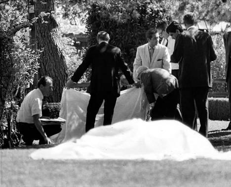 Charles Mansonin lähettämä ryhmä tunkeutui 9. elokuuta 1969 ohjaaja Roman Polanskin Benedict Canyonista Los Angelesista vuokraamaan taloon ja murhasi talossa oleskelleet viisi ihmistä. Yksi uhreista oli Polanskin viimeisillään raskaana ollut näyttelijävaimo Sharon Tate.