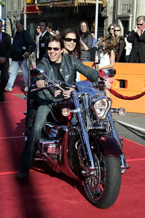 Holmes ja Cruise herättivät paljon huomiota omituisilla tempauksillaan. Pari ajoi punaisella matolla moottoripyörällä vuonna 2005.