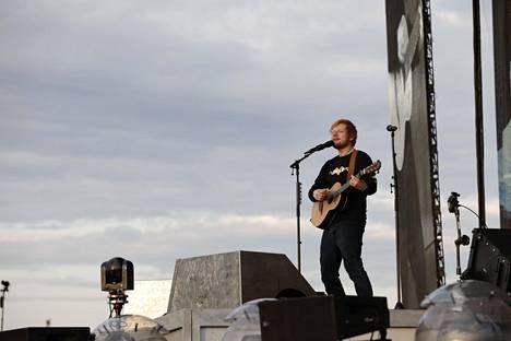 Ed Sheeran konsertoi tiistaina ja keskiviikkona Malmin lentokentällä. Kyseessä on miehen ensimmäinen konsertointi Suomessa.