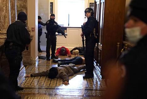 Poliisi otti kiinni sisätiloihin päässeitä mielenosoittajia.