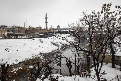 Lumipeitettä torstaina Kamishlin kaupungissa Syyrian koillisosassa.