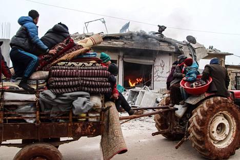Lähtö kotoa. Pommituksia paennut syyrialaisperhe ajoi tuhoutuneen kaupan ohi Abin Semaanissa Aleppon maaseudulla. Syyrian hallinnon joukot ovat käynnistäneet laajan hyökkäyksen kapinallisvoimia vastaan maan luoteisosassa ja ajaneet YK:n mukaan jopa 800000 ihmistä kodeistaan.