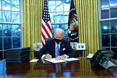 Ennakko-odotuksissa Joe Bidenin arvioitiin liittävän Yhdysvallat takaisin Pariisin ilmastosopimukseen muutaman tunnin sisällä virkavalan vannomisesta. Näin myös tapahtui.