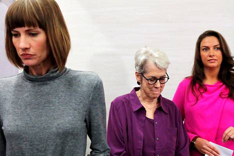Donald Trumpia ahdistelusta syyttävät Rachel Crooks (vas.), Jessica Leeds sekä Samantha Holvey kuvattiin maanantaina lehdistötilaisuudessa New Yorkissa.
