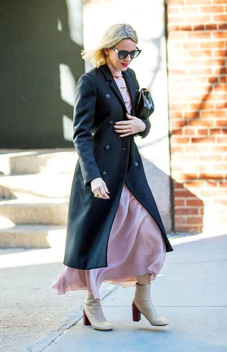 Vaaleat nilkkurit ja kokopitkä mekko saavat särmää mustasta takista.