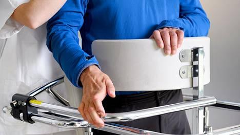 ALS rappeuttaa lihasten toimintaa käskyttäviä liikehermoratoja. Lihakset surkastuvat vähitellen liikuntakyvyttömiksi.