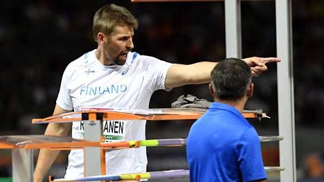 Antti Ruuskanen yritti selittää kisajärjestäjille viimeisen kierroksen sekaannusta.