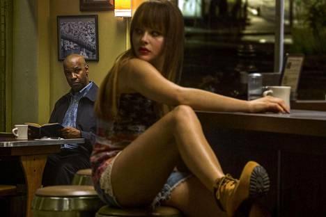McCall (Denzel Washington) kohtaa Terin (Chloë Grace Moretz) baarissa, joka on kuin suoraan Edward Hopperin maalauksesta.