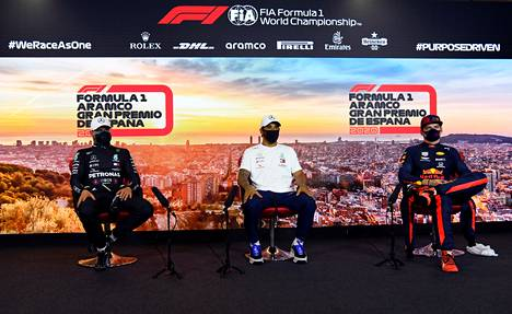 Espanjan GP:n aika-ajojen kärkikolmikko: Lewis Hamilton (kesk.), Valtteri Bottas (vas.) sekä Max Verstappen.