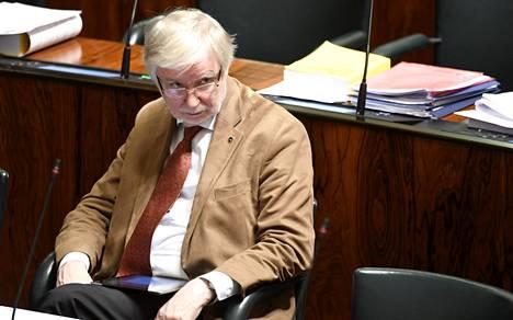 Erkki Tuomioja kritisoi kovasanaisesti sotilaita ja virkamiehiä Geopoliittisen seuran keskustelutilaisuudessa.