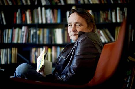 Niklas Herlin kuvattuna kirjojen parissa vuonna 2013.