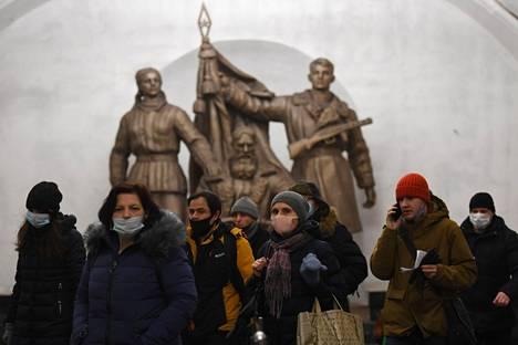 Osa moskovalaisista metron käyttäjistä pitää maskia oikeaoppisesti kasvoillaan, mutta osa vain osittain tai ei lainkaan. Kuva on otettu Belorusskajan metroasemalla Moskovassa 11. tammikuuta.