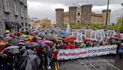 Paikalliset asukkaat ovat raivostuneet jätteiden hautaamisen ja polttamisen aiheuttamista ympäristöongelmista Etelä-Italiassa.