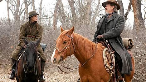 Mattie Ross (Hailee Steinfeld) ja Rooster Cogburn (Jeff Bridges) etsivät murhaajaa.