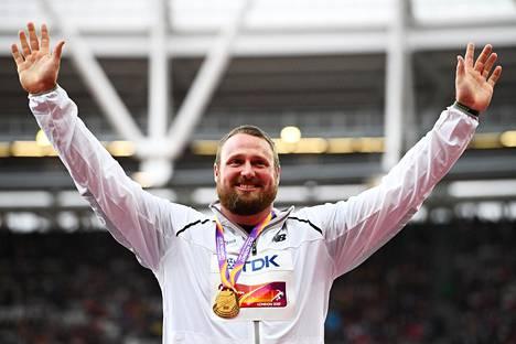 Tomas Walsh sai MM-kultamitalin kaulaansa maanantai-iltana.