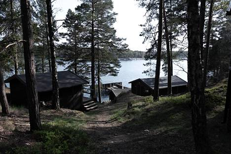 Gålön hyljeasema tarjoaa nykyisin muun muassa majoituspalveluita. Rannassa on yhä yksi vanhoista hyljeaitauksista.