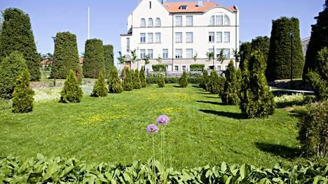 Koulupuiston taustalla on Bertel Jungin suunnittelemä lukiorakennus, joka valmistui 1900-luvun alussa.