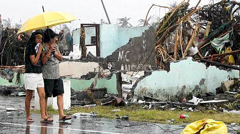 Naiset kävelevät Taclobanin kadulla. Leyten provinssi kärsi suurimmat vahingot alueella.
