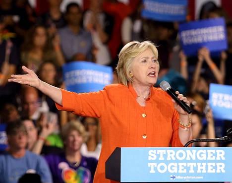 –Haluammeko hänen sormensa lähellekään nappulaa, Hillary Clinton kysyi taannoin kampanjatilaisuudessaan Donald Trumpin (yllä) äkkipikaisiin puheisiin viitaten.