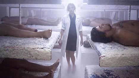Estelle (Haley Bennett) asentaa elokuvan päähenkilölle mekaanisia ruumiinosia ja varoittaa vaarasta.