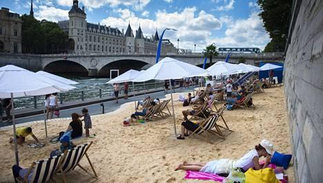 Seinen rannalle on tehty hiekkarantoja, jotta ihmiset saavat nautiskella rantaelämästä keskellä kaupunkia hellesäässä.
