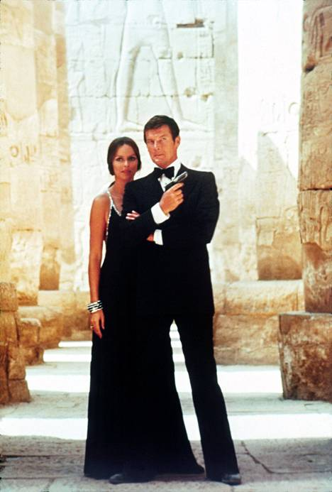 Elokuvassa 007 – rakastettuni nähdään Bond-tyttönä Ringo Starrin vaimo Barbara Bach.