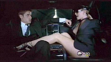 Britney esiintyy myös muun muassa seksikkääna autonkuljettajana.