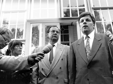 Valtiovarainministeri Iiro Viinanen ja pääministeri Esko Aho kertoivat elokuussa 1992, että hallitus aloittaa epäviralliset keskustelut uusien säästöjen löytämiseksi.