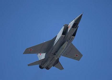MiG-31-taistelukone kuljettaa moninkertaisen äänennopeuden saavuttavaa Kinzhal-ohjusta Venäjän puolustusministeriön viime vuoden toukokuussa julkaisemassa kuvassa.