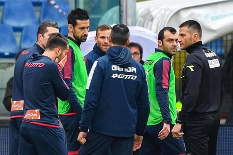 Italialaistuomari Fabrizio Pasqua (oik.) kertoi Astorin kuolemasta otteluun valmistautumassa olleille Genoan ja Cagliarin pelaajille.