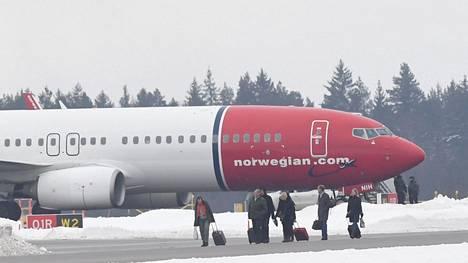 Norwegianin matkustajia Arlandan lentokentällä Tukholmassa helmikuussa.