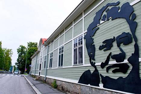 Minna Canthin koti- ja liiketalon, Kuopion Kanttilan, osti kaksi vuotta sitten Minna Canthin talo -yhdistys, joka kunnostaa rakennusta keräysvaroin ja järjestää siellä toimintaa.